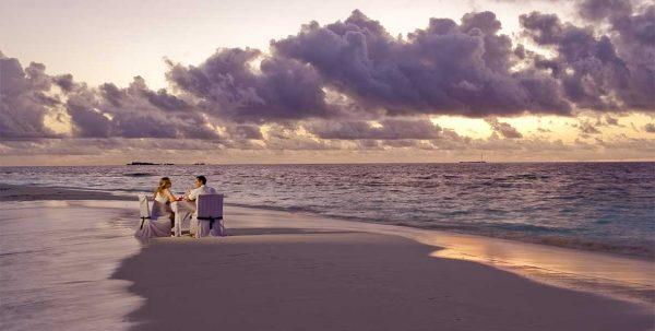 cena en la playa de maldivas al atardecer