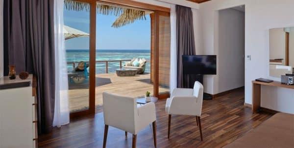 Kandolhu Ocean Villa: habitación principal y terraza