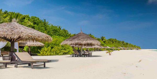 Laggon Beach Villa: exterior con tumbonas