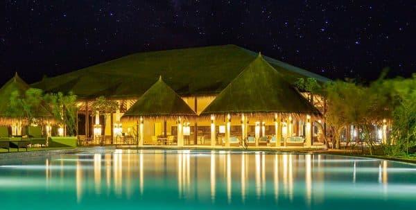 Cocoon Maldives Loabi Loabi bar: vista del bar y de lapiscina por la noche