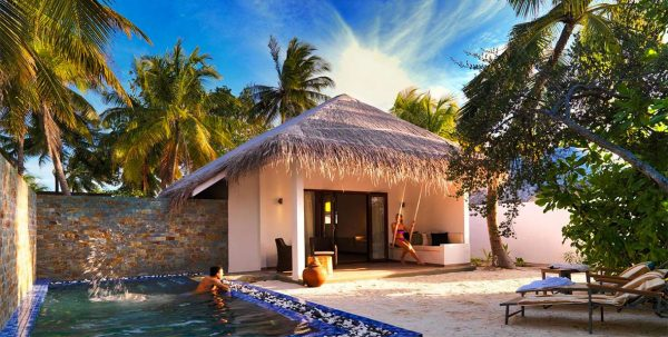 Cocoon Maldives Beach Suite vista exterior con piscina