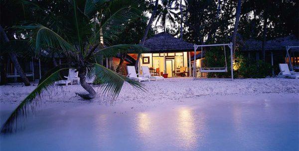 vista exterior de la villa en la playa de Maldivas