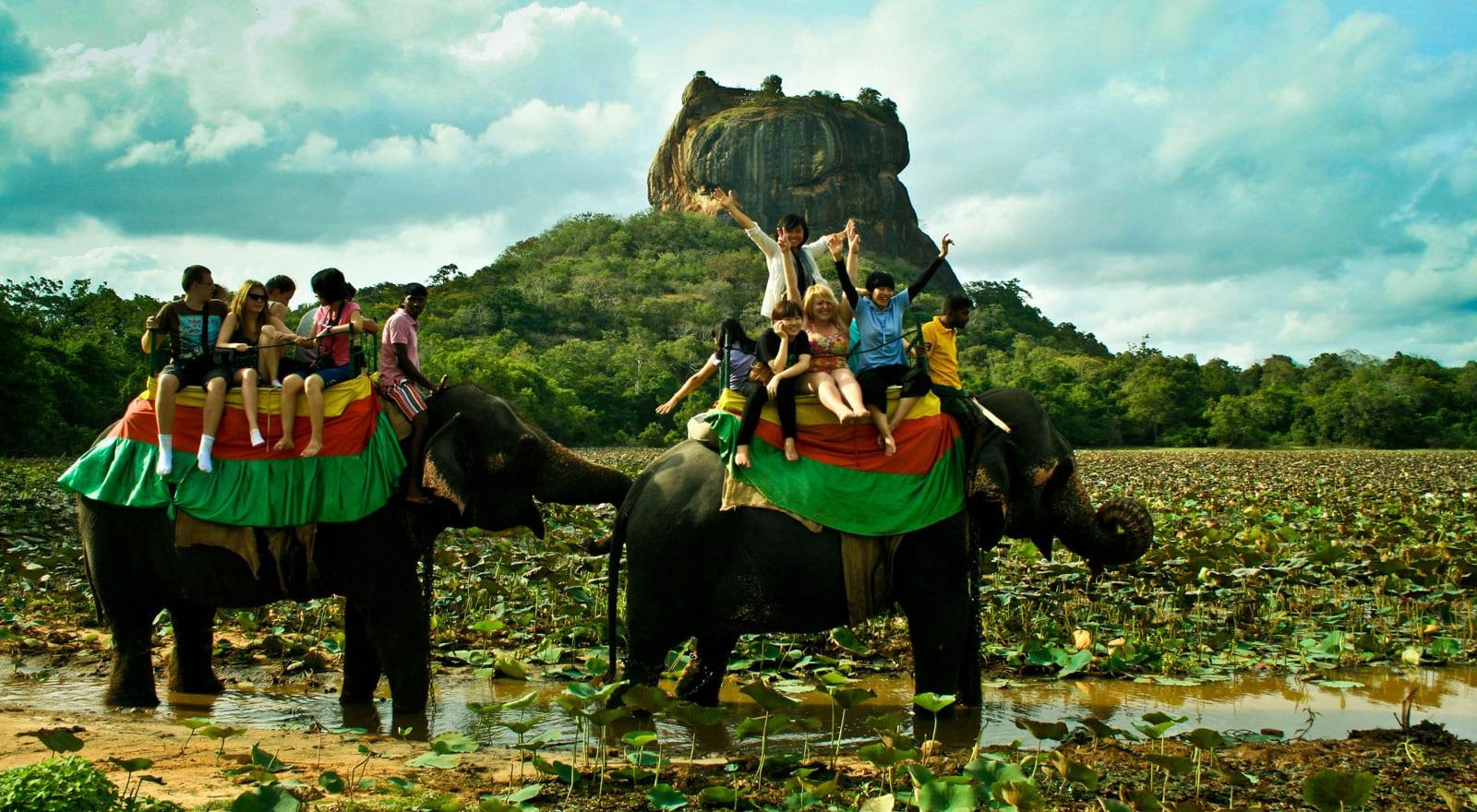 La roca de Sigiriya durante un tour en elefante