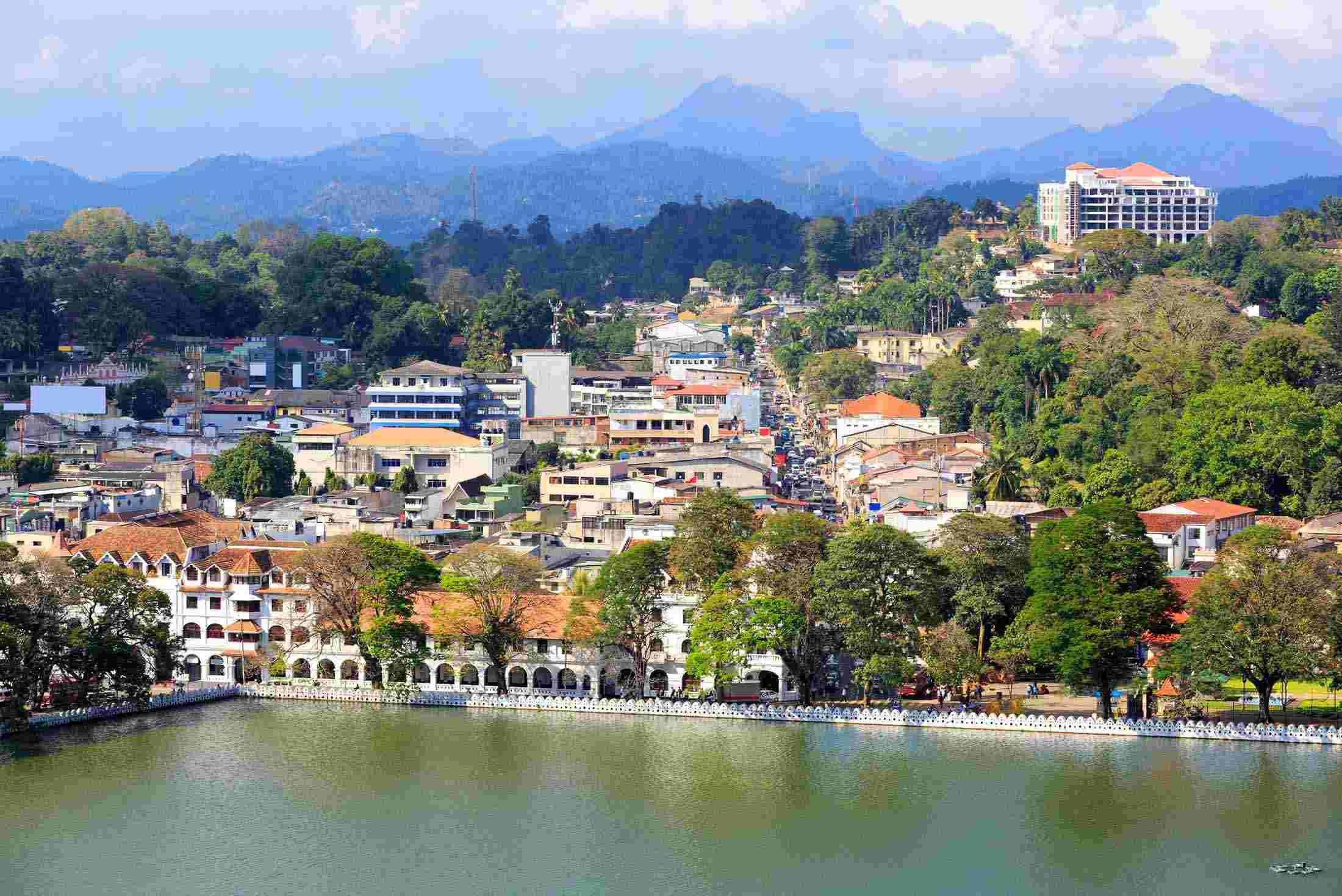 Kandy se refleja en el lago