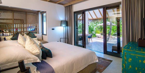 Finolhu Ocean Villa: cama con vista a la terraza privada