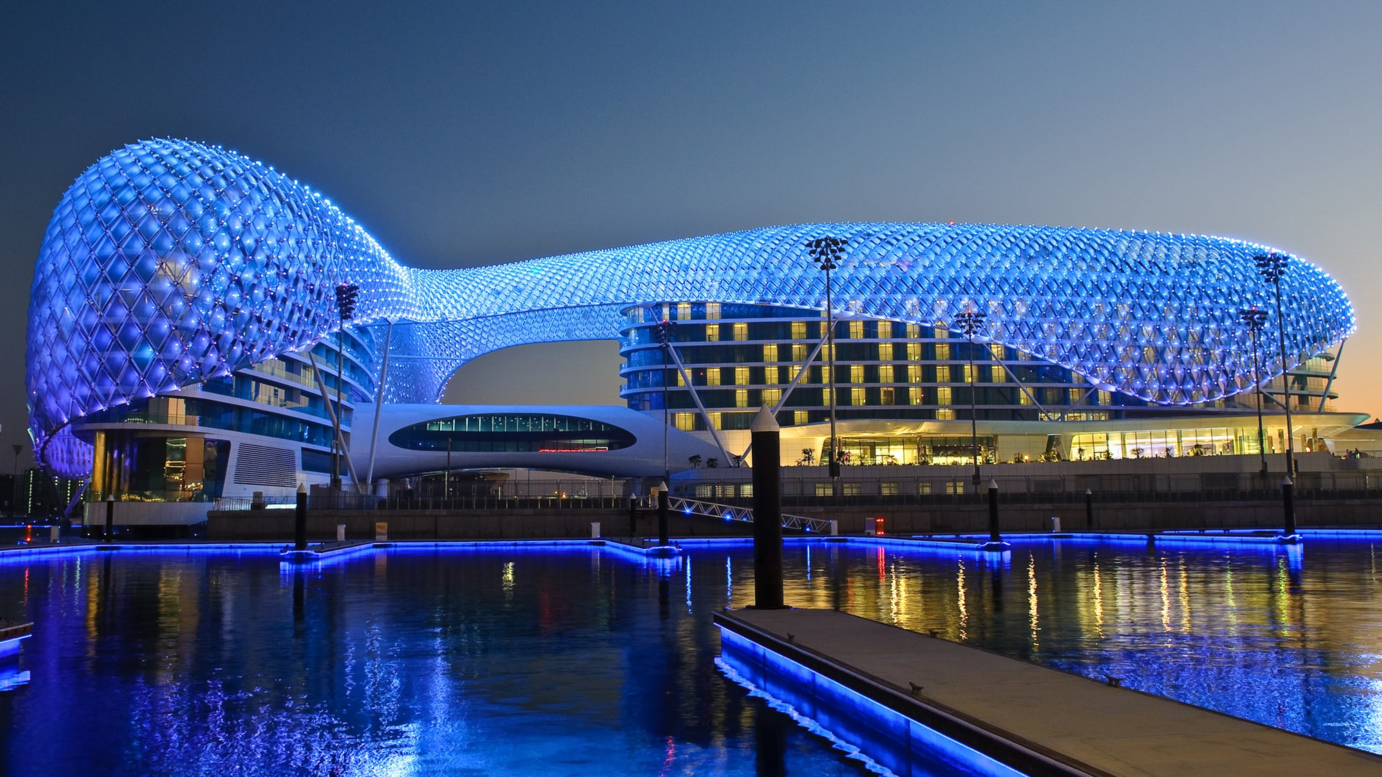 El lujoso hotel Yas Island iluminado de azul