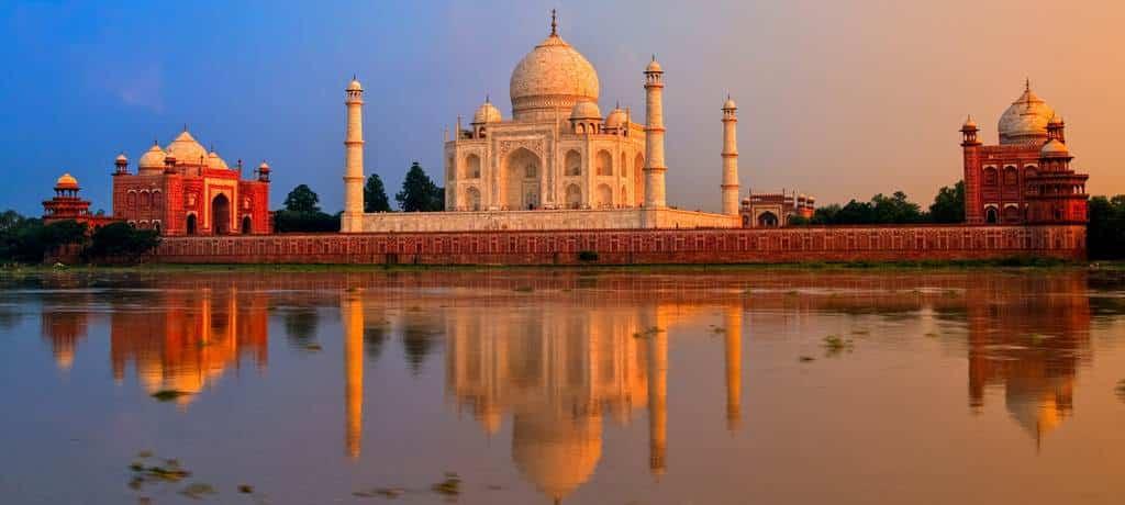 El Taj Mahal se refleja en el agua al amanecer