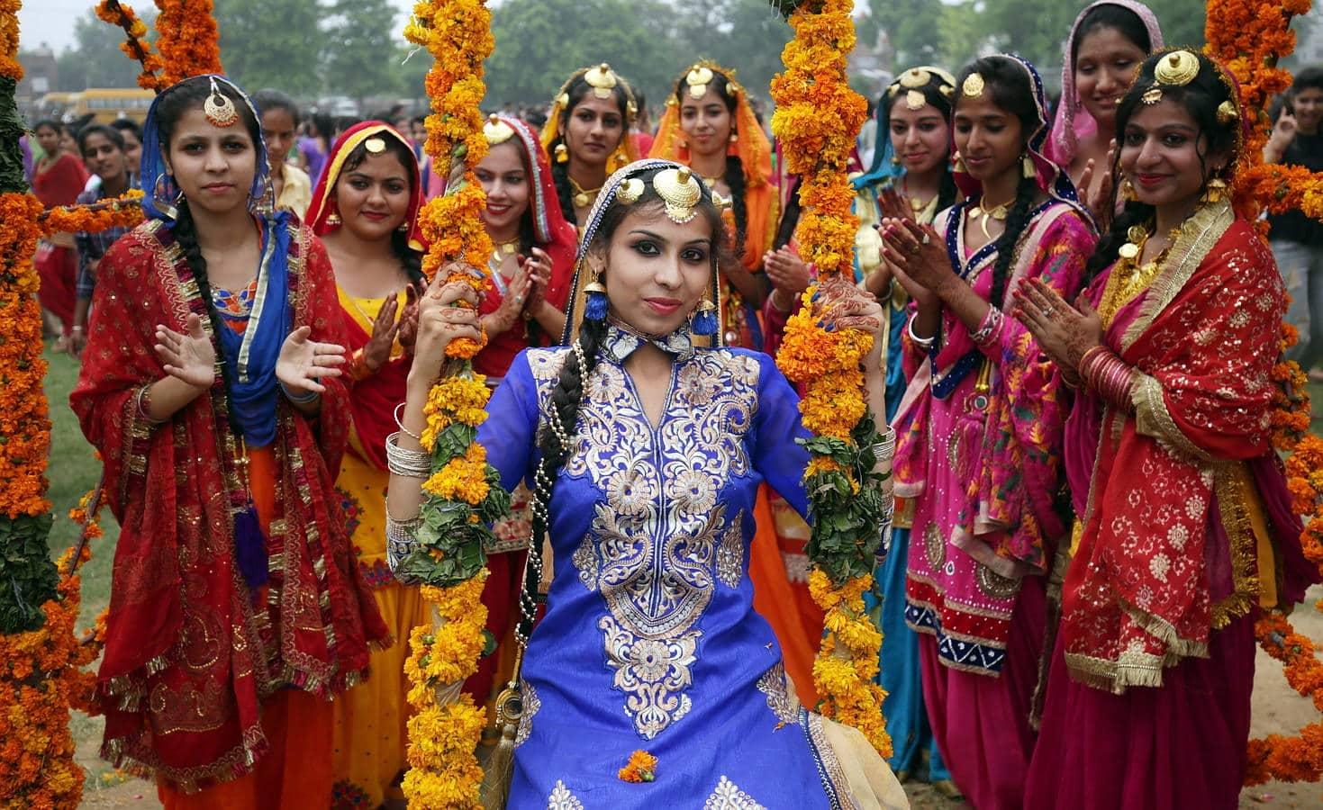 Mujeres con trajes tradicionales de India