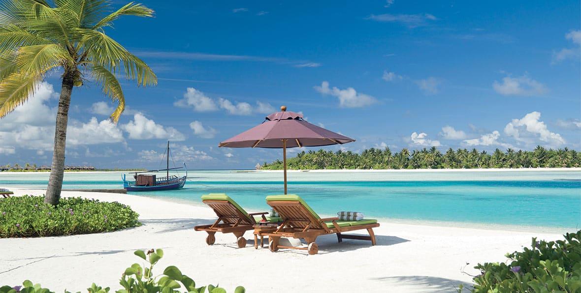 tumbonas en la playa de Naladhu Maldives