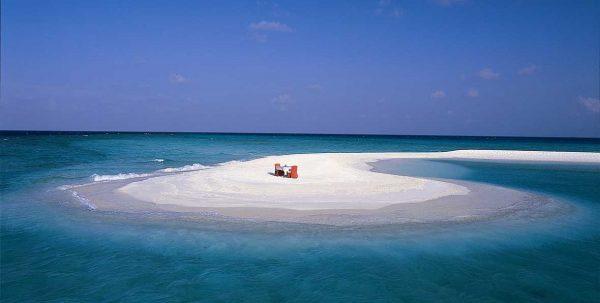 Comida romantica en un banco de arena en Maldivas