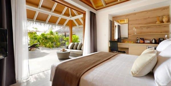 Kandolhu Jacuzzi Beach Villa: cama y terraza