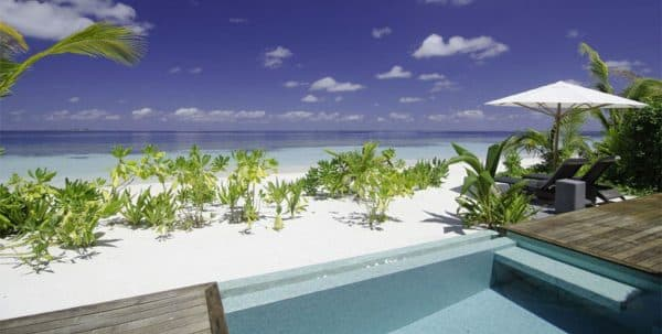 Kandolhu Pool Villa: piscina privada con vista a la playa de Maldivas