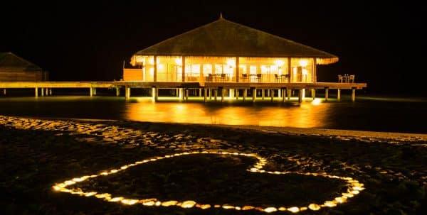 Cocoon Maldives LManta Restaurant: vista exterior por la noche
