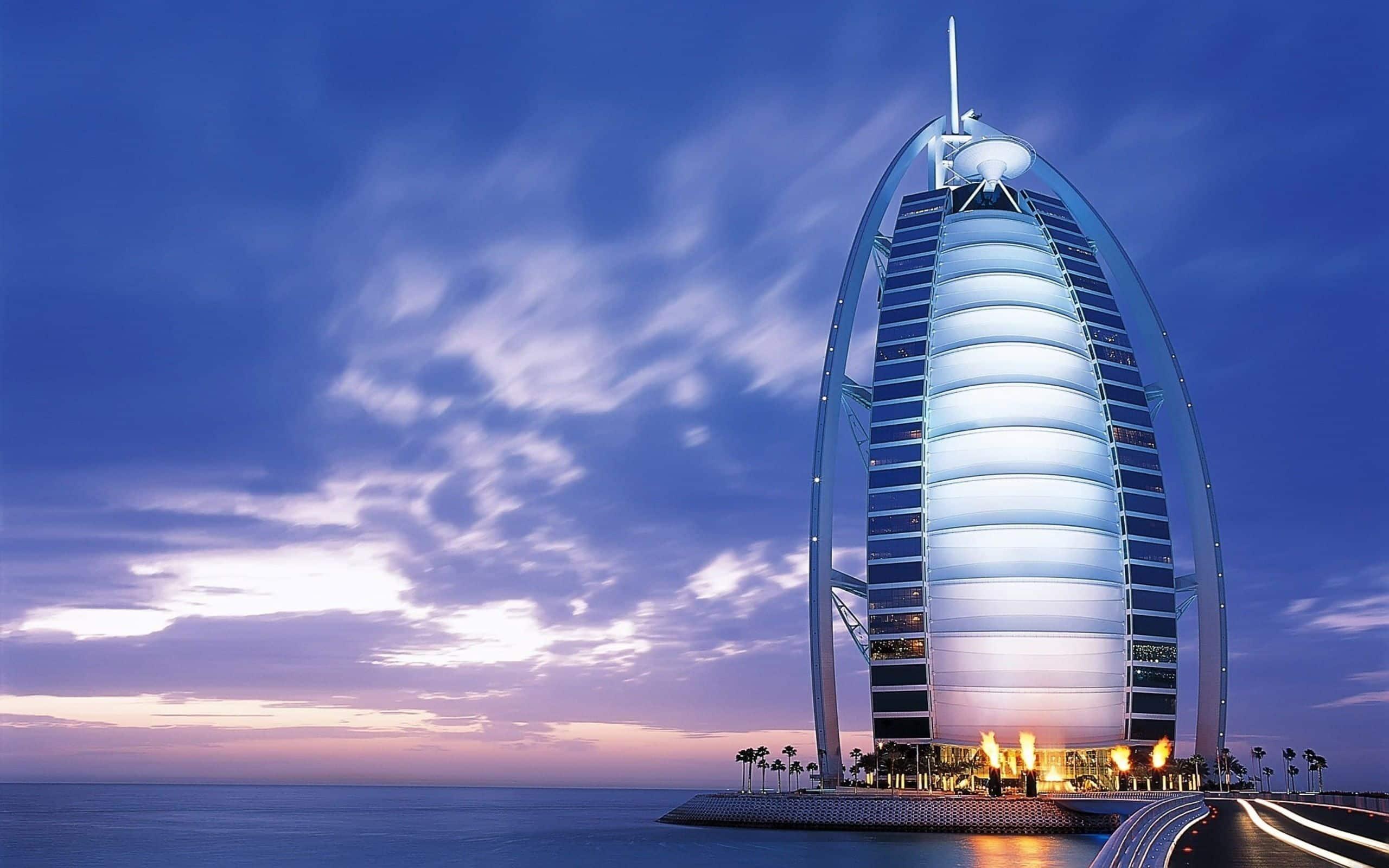 El lujoso hotel Burj Al Arab al atardecer