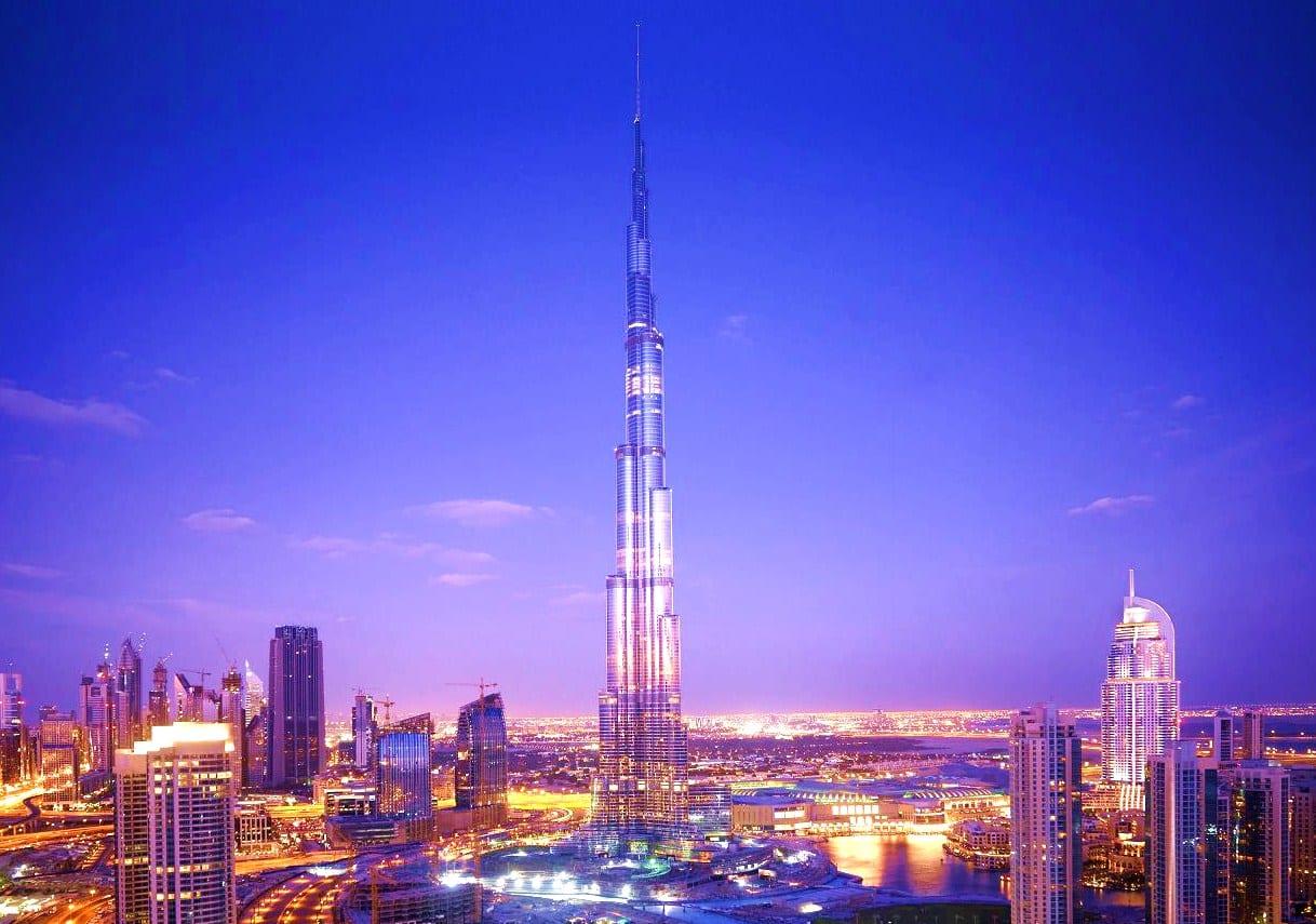 Vista de Dubai por la noche y del grandioso Burj Khalifa