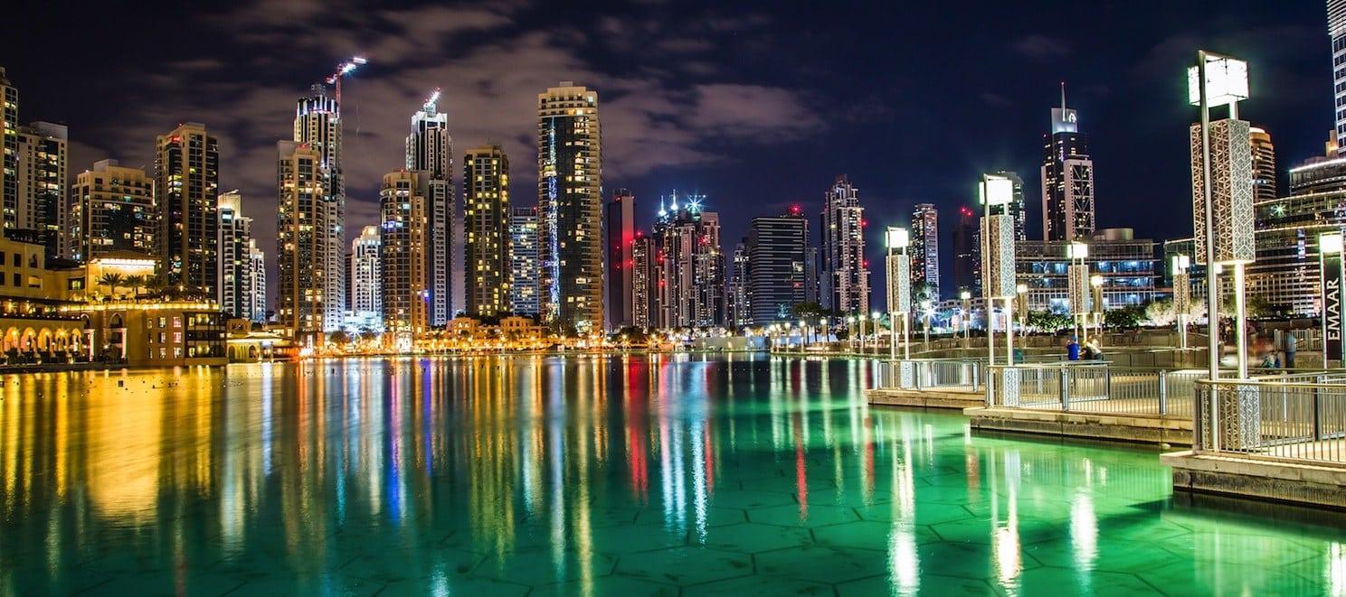 La marina de Dubai y su rascacielos vistos por la noche