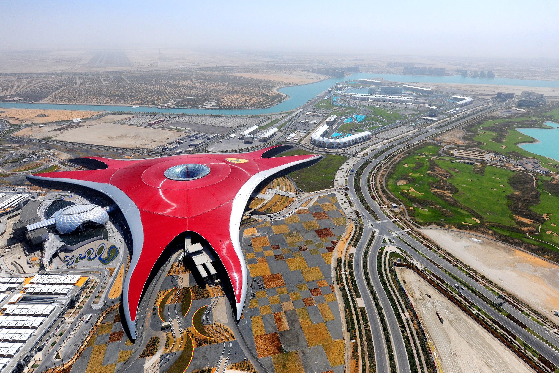Vista aerea del parque tematico Ferrari World en los Emiratos Àrabes Unidos