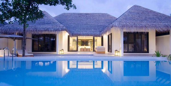 Finolhu Beach Villa: vista exterior al anochecer