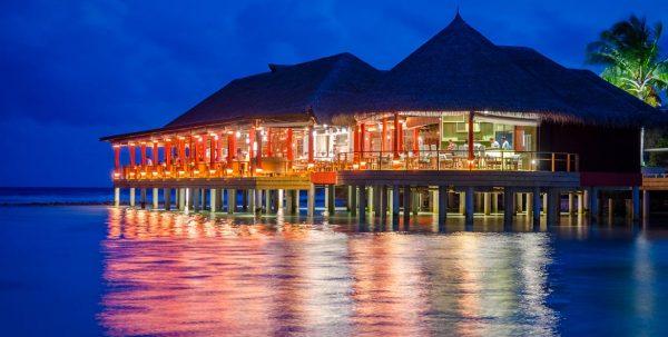Finolhu KanuSan Restaurant: el restaurante se refleja en el agua