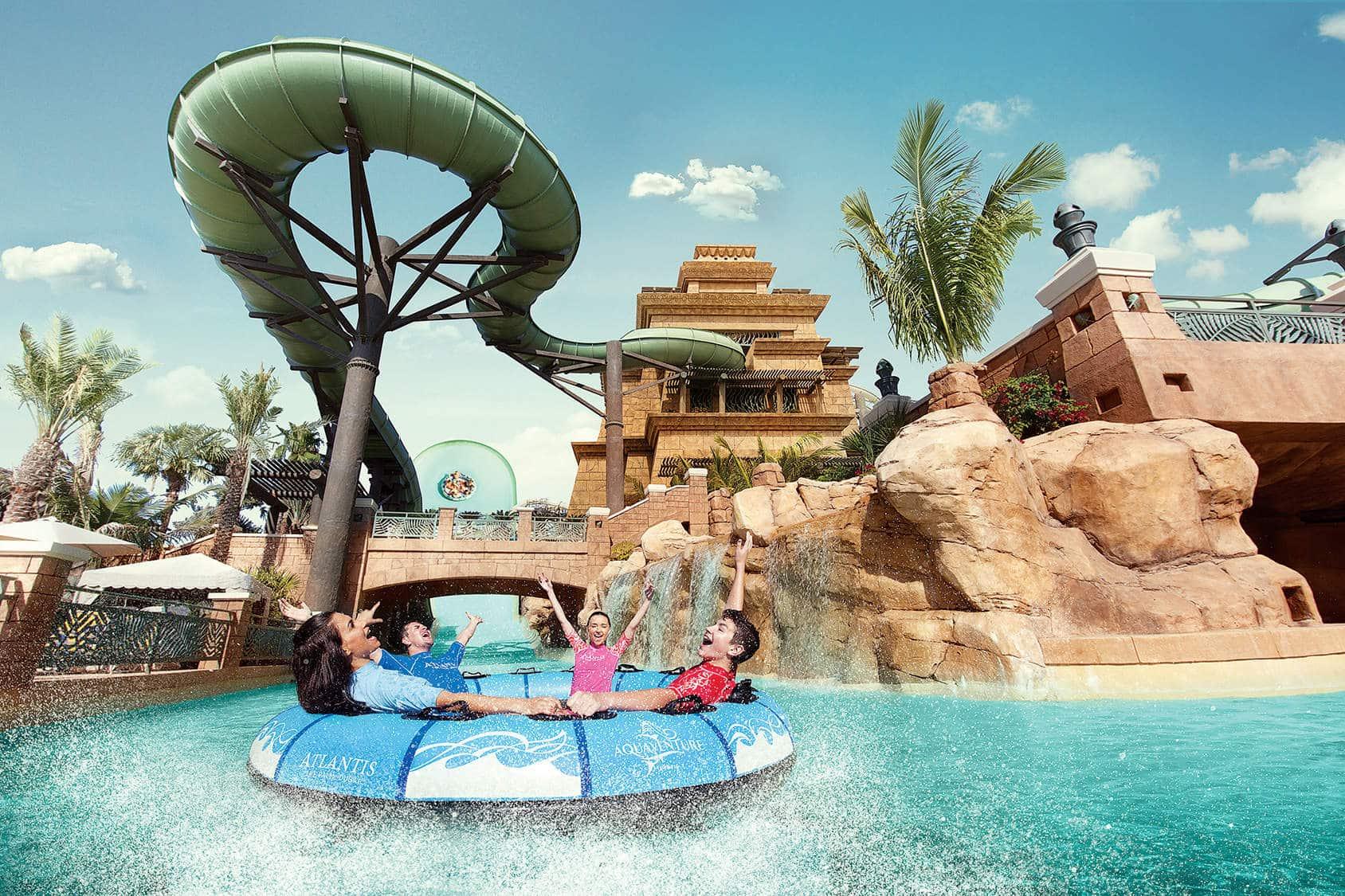 familia divirtiendose en el parque acuatico aqua adventure en Dubai