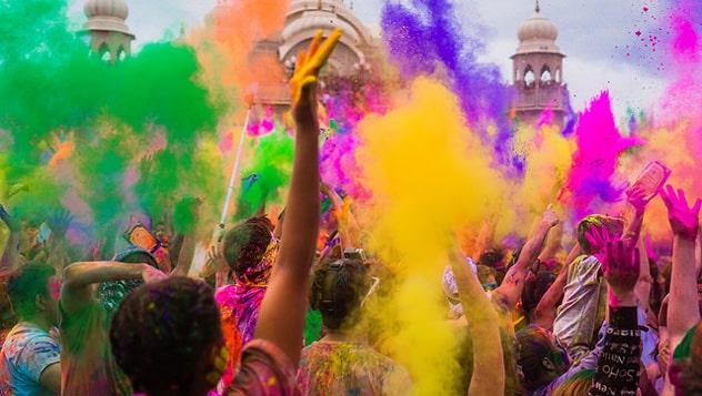 Personas lanzando colores en el Holi Festival en India
