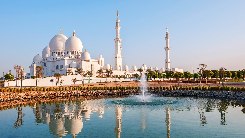 La mezquita de Abu Dhabi se refleja en una fuente.