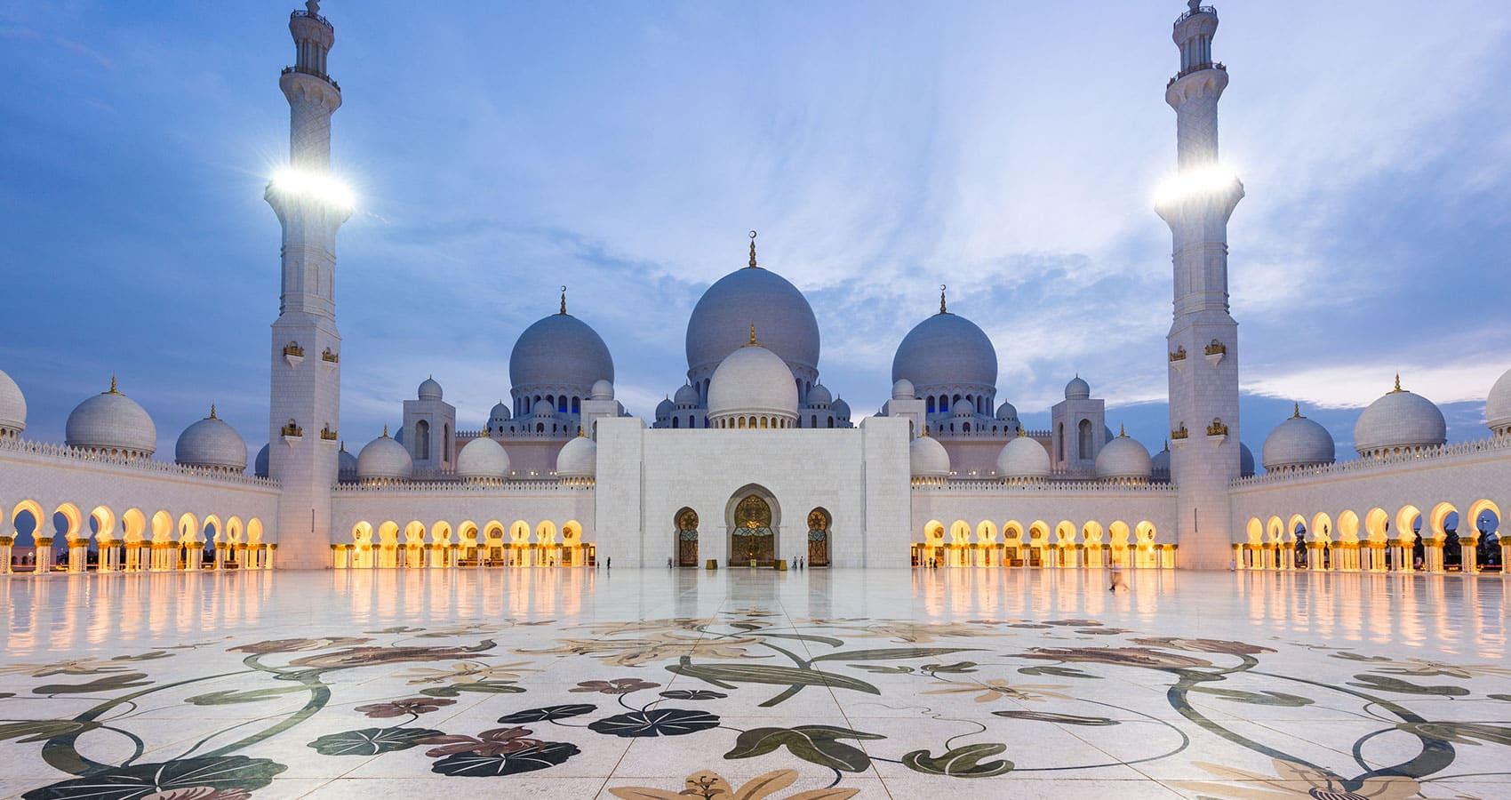 La mezquita de Abu Dhabi al atardecer