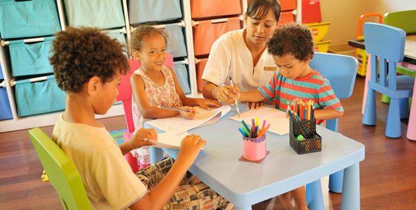 niños en el kids-club del Ayada Maldives